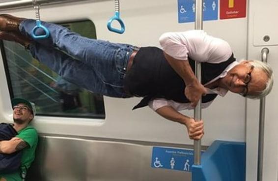 Este vovô fez uma acrobacia no metrô e deixou todo mundo de boca aberta