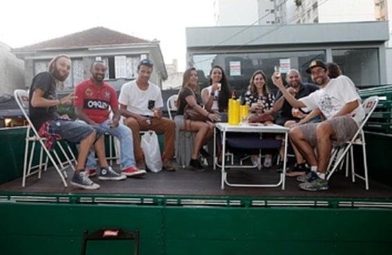 A prefeitura proibiu mesas na calçada mas os clientes do bar tiveram uma ideia