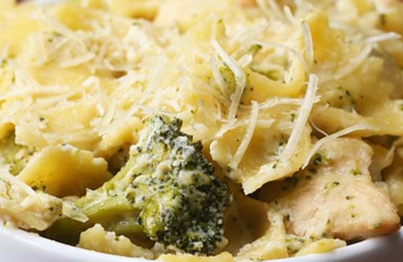 Esta receita de macarrão com frango cremoso e brócolis de uma panela só é muito simples e prática
