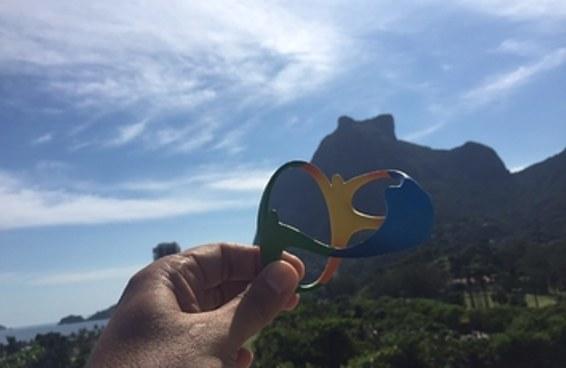 """Aquela """"lembrancinha"""" da olimpíada se encaixa direitinho na paisagem do Rio"""