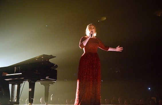 Adele disse que um microfone caiu dentro do piano e por isso sua apresentação no Grammy foi fraca
