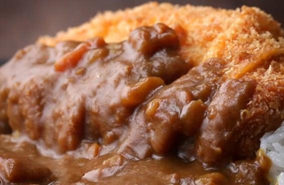 Aprenda a preparar o Tonkatsu, costeleta de porco a milanesa ao curry