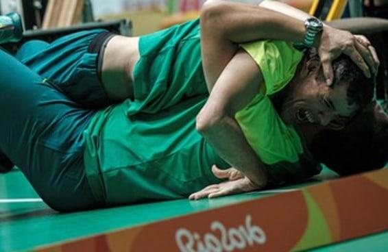Quem é o atleta paralímpico que emocionou as pessoas na comemoração da bocha