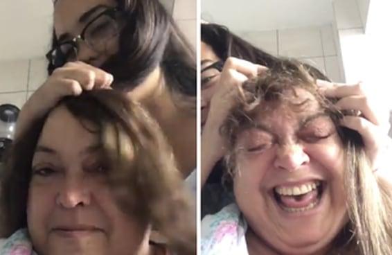 Filha tenta alegrar a mãe depois da quimio e brinca de fazer peruca pra ela