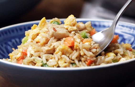 Este é o arroz frito com frango e legumes
