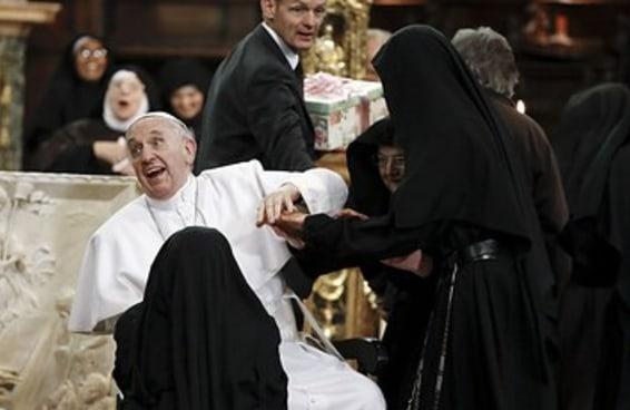 Freiras superanimadas armam emboscada adorável para o Papa Francisco