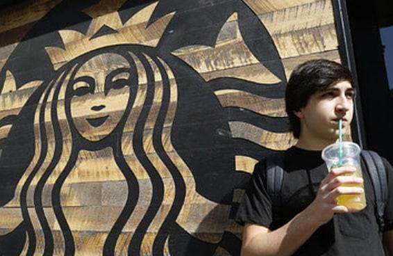 Uma mulher está processando a Starbucks por colocar gelo demais em bebidas frias