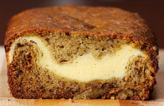 Este pão de banana com recheio de cheesecake vai te surpreender