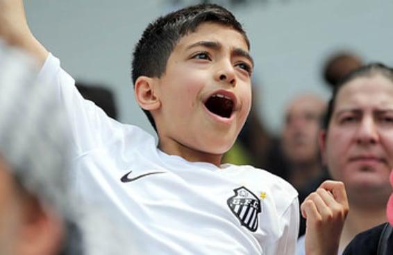 As reações de um menino sírio ao ver sua primeira partida de futebol no Brasil são contagiantes
