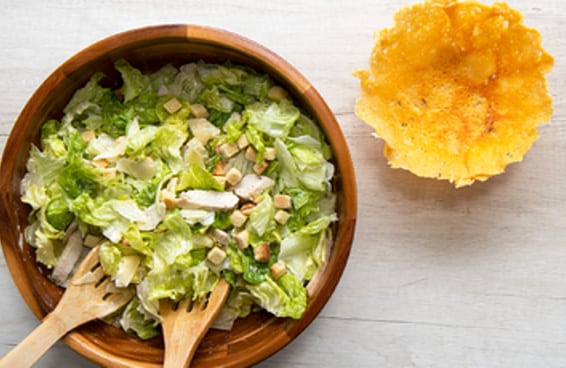Você vai querer comer salada todos os dias depois de aprender a fazer esta cestinha de parmesão