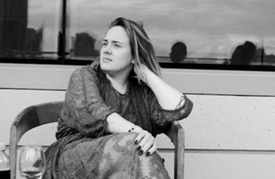 Adele é perfeita mesmo sem seu icônico delineador de gatinho