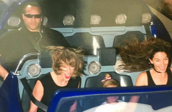 O guarda-costas da Taylor Swift na Disneylândia é tudo que você precisa ver hoje