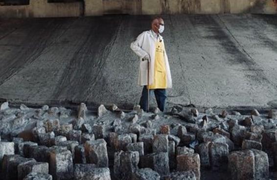 Por que um padre paulistano está derrubando pedras sob um viaduto