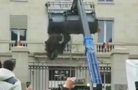 Os franceses protestaram DESPEJANDO BOSTA na prefeitura e eu não sei o que dizer