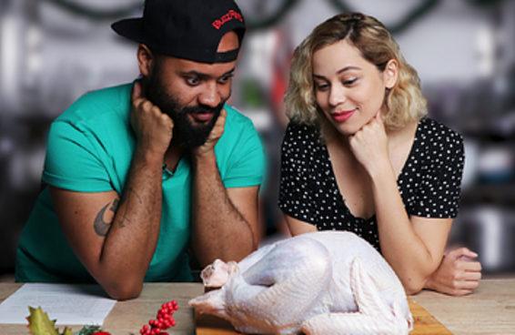 Dois Buzzfeeders foram desafiados a fazer um peru de Natal pela primeira vez e aqui está o resultado