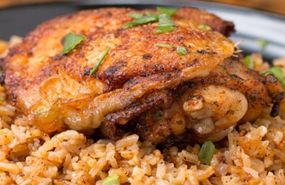 Arroz com frango de uma panela só é delicioso e prático