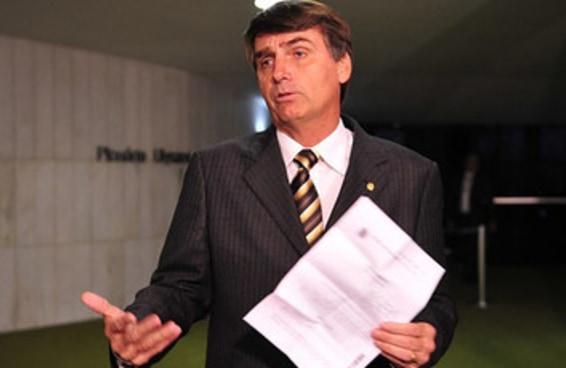 Por que Bolsonaro fala o que quer e nada acontece com ele?