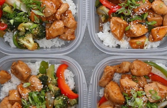 Aqui está uma sugestão de marmita saudável de frango e vegetais