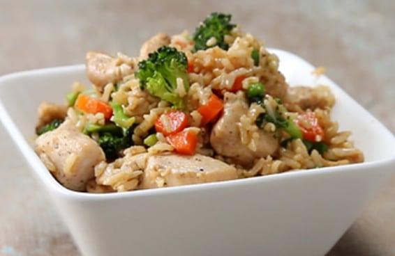 Este mexido de arroz com frango é perfeito para a sua jantinha de hoje
