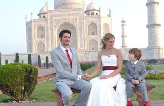 Este casal fez oito pequenas cerimônias de casamento ao redor do mundo