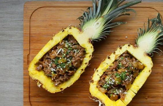 Este abacaxi recheado com carne al pastor é de dar água na boca