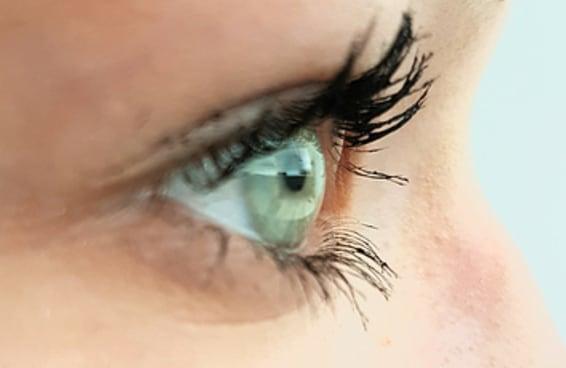 Isso é o que pode acontecer se você não limpar o rímel dos olhos antes de dormir