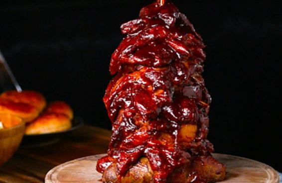 Seu próximo churrasco vai ficar perfeito com esta torre de carne suína!