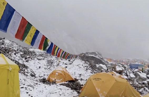 Vídeo aterrorizante capta o momento em que uma avalanche atingiu um acampamento no Everest
