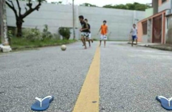 38 momentos que só quem jogou bola na rua viveu