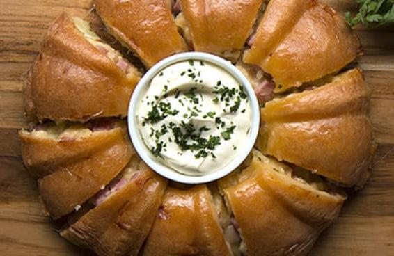 Esta torta de pão de queijo recheado vai te impressionar