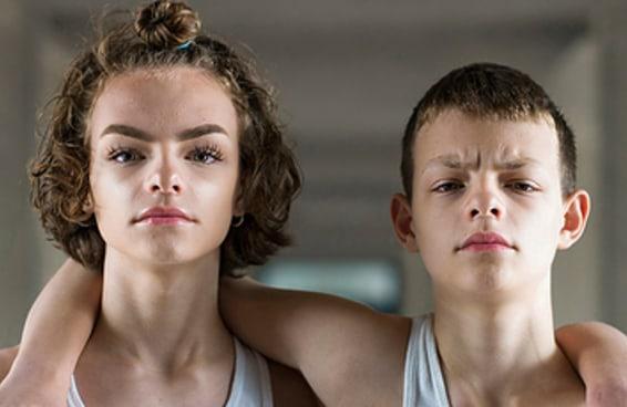 Estas fotos capturam a magia de viver sendo gêmeos idênticos