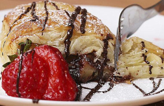 Explore seu lado confeiteiro com este folhado de chocolate e banana