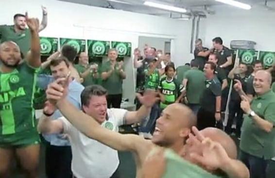 Os vídeos das comemorações da Chapecoense ficaram ainda mais emocionantes