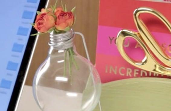 Faça um vaso de flores com sua lâmpada usada