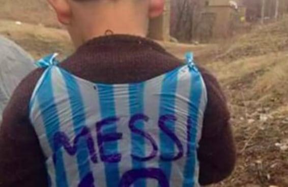 As pessoas estão tentando encontrar este garoto para darem uma camiseta verdadeira do Messi para ele