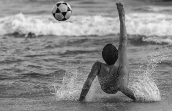13 fotos lindas que retratam a relação das mulheres com a bola no País do futebol