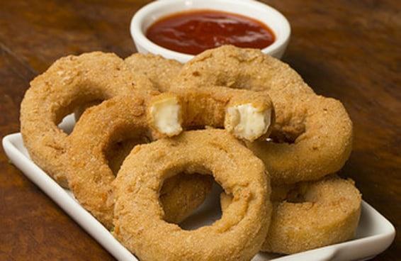 Você com certeza pediria estes onion rings de requeijão cremoso num bar