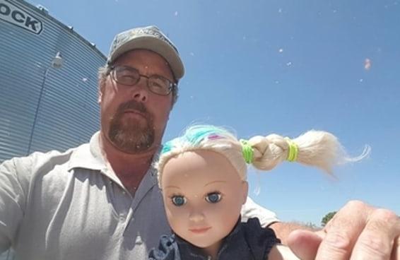 """As pessoas estão adorando este papai que foi """"babá"""" da boneca da filha no trabalho"""