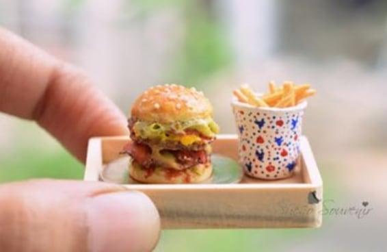 Esta mulher usa argila para fazer comidas em miniatura extremamente realistas