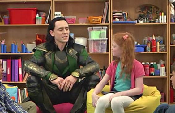 Loki discutindo com as crianças é  a coisa mais fofa de Asgard