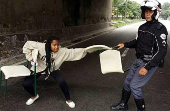 A história por trás desta foto viral contada pela própria estudante que desafiou o policial
