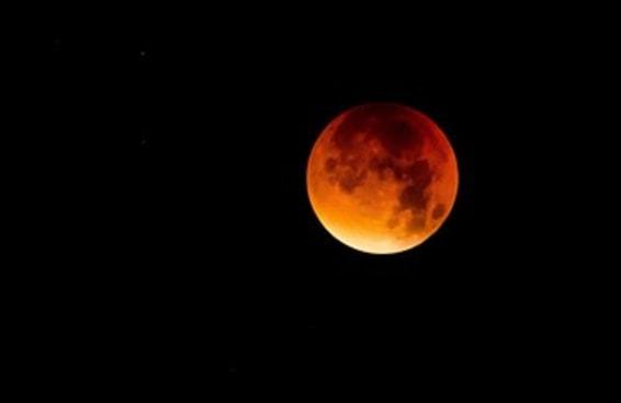13 fotos terríveis que as pessoas tiraram do eclipse lunar com seus telefones