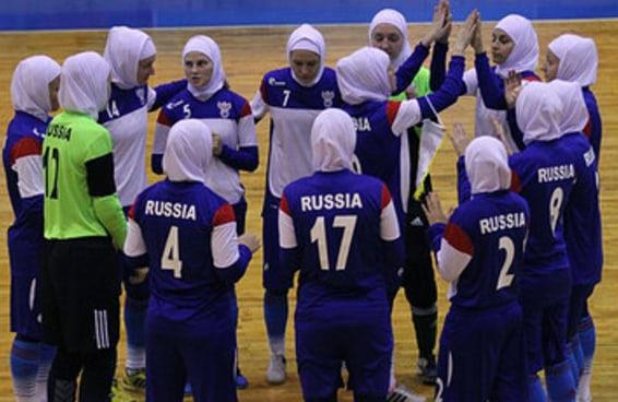 A seleção feminina de futsal russa causou polêmica ao jogar de véu no Irã