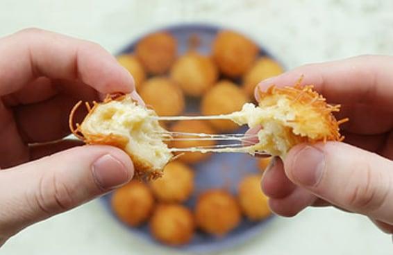 A bolinha crocante de cinco queijos chegou para acabar com os outros petiscos