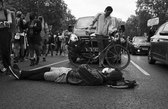 """14 imagens incrivelmente poderosas do protesto """"Black Lives Matter"""" em Londres"""