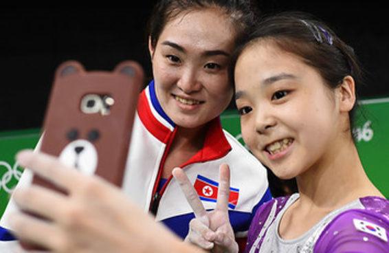 Ginastas superam barreira entre Coreias do Norte e do Sul e tiram selfie juntas