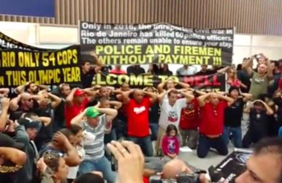 Policiais do Rio recebem o público olímpico com faixas: 'Welcome to hell'