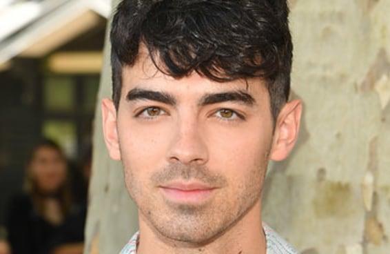 Joe Jonas fez uma tatuagem muito linda e enigmática no pescoço