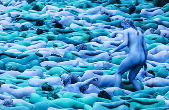 3 mil pessoas tiraram suas roupas e se pintaram de azul