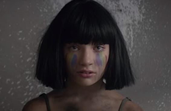 O novo clipe da Sia é uma poderosa homenagem às vítimas do atentado de Orlando